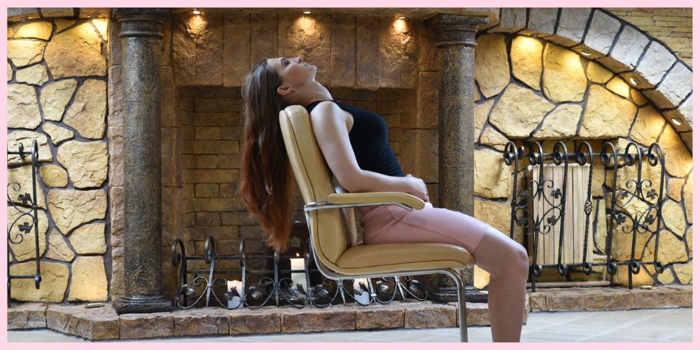 Женщина расслабляется в медитации